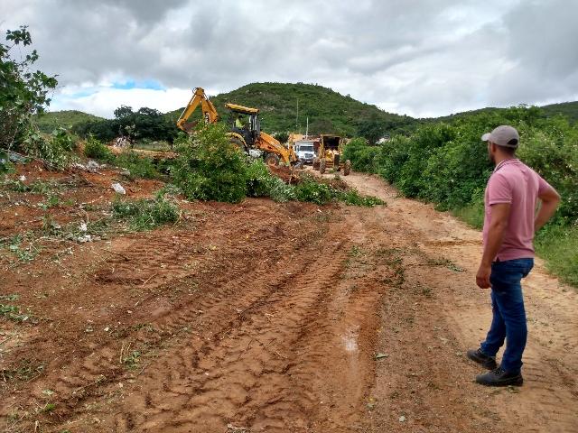 Prefeitura de Poço Dantas executa trabalho de limpeza de ruas no distrito de São João Bosco