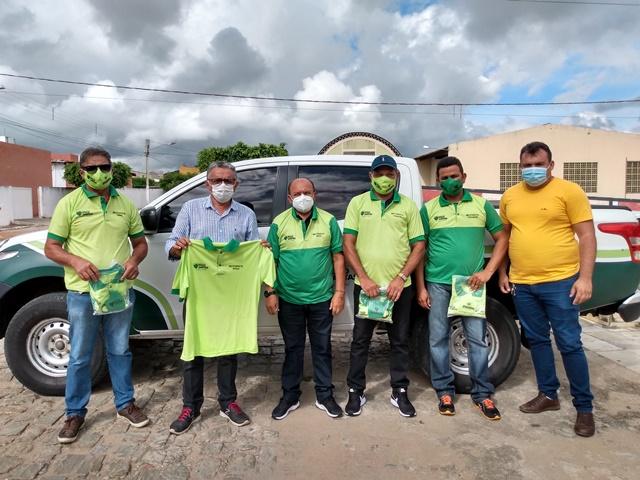 Prefeito Itamar Moreira entrega novo fardamento aos motoristas do município